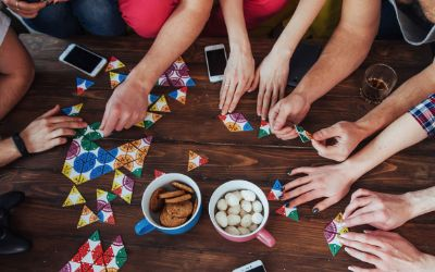 Freunde spielen ein Brettspiel