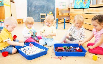 Kinder spielen in einer Kita