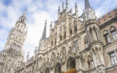 Das Neue Rathaus in München vor bewölktem Himmel