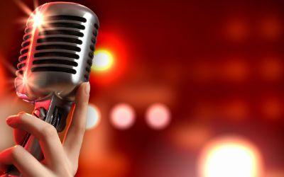 Mikrofon vor Bühne