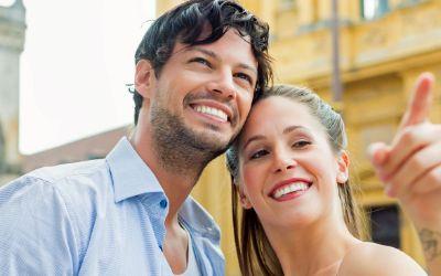 Junges Paar auf einer Stadttour am Odeonsplatz