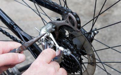 Durchführen von Reparaturen an einem Rad vom Fahrrad