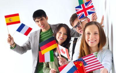 Internationale Studenten mit Länderfähnchen