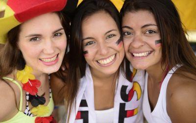 Weibliche Fans in den Länderfarben Deutschlands