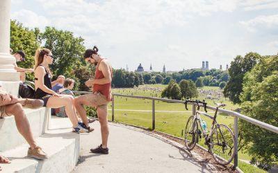 Junge Leute genießen den Sommer am Monopteros