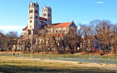 Die Maximilianskirche im Winter bei Sonne