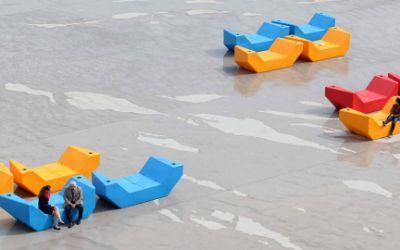 Die neuen Sitzmöbel auf dem Willy-Brandt-Platz in der Messestadt Riem