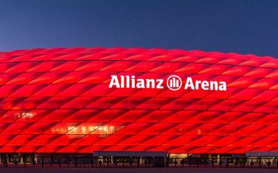 Rot leuchtende Allianz Arena in der Dämmerung