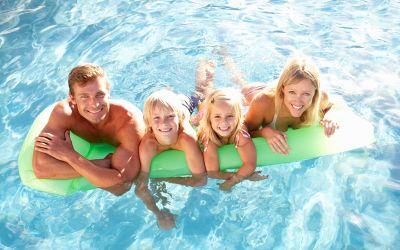 Familie auf Luftmatratze im Pool