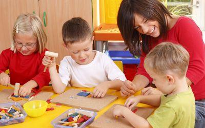 Kindertagesstätte mit Kindern und Betreuerin