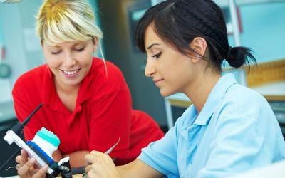 Zwei junge Frauen in einer Arztpraxis