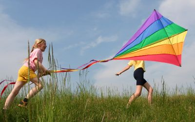 Kinder lassen Drachen steigen