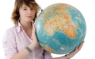 Mädchen hält Globus
