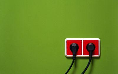 Rote Steckdosen an grüner Wand