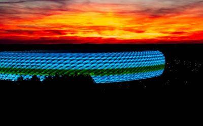 Die Fußball Arena München bei Sonnenuntergang