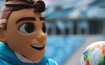 Zopffrisur, hochgekrempelte Hose, lässiger Sweater: Skillzy, das offizielle Maskottchen der UEFA EURO 2020, ist ein ziemlich cooler Typ.