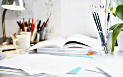 Schreibtisch mit Buch.