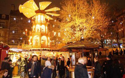 Leute beim Weihnachtsmarkt