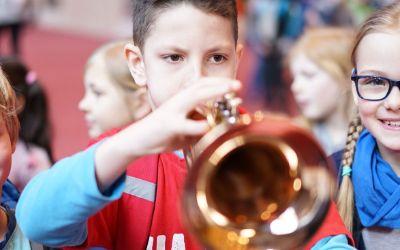 """Kind bläst Trompete bei """"Der Gasteig brummt"""""""