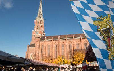 Mariahilfkirche mit bayerischer Flagge bei der Kirchweihdult