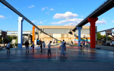 Das bunte Basketballfeld beim Sugar Mountain in Sendling.