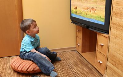 Kind schaut fern