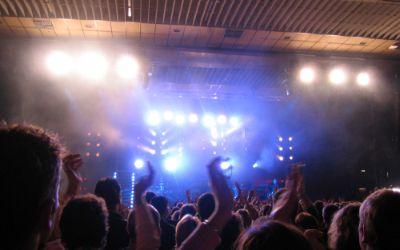 Konzert mit Bühne und Publikum