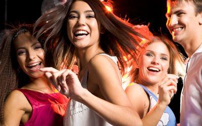 Junge Leute tanzen in Disko