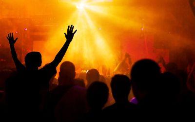 Jubelnde Menge im Club