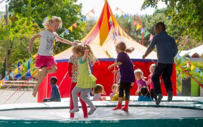 """Kinder springen auf Trampolin bei """"Umsonst & Draußen"""""""
