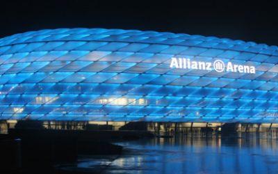 Allianz Arena blau: Heimspiel TSV 1860 München bei Nacht