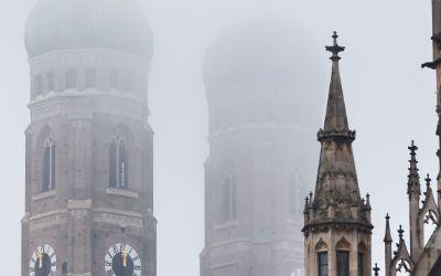 Die Türme der Frauenkirche im Nebel
