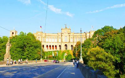Das Maximilianeum im Sommer