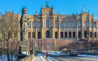 Maximilianeum mit blauem Himmel