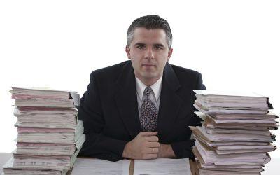 Mann am Schreibtisch mit Akten