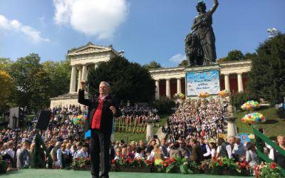 Oberbürgermeister Dieter Reiter dirigiert beim Standkonzert auf dem Oktoberfest am 24.9.2017