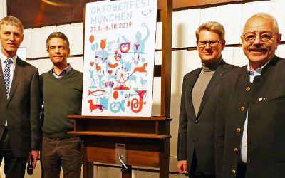 Vorstellung des Wiesnplakats 2019: v.l.n.r. Kurt Kapp (Referat für Arbeit und Wirtschaft), Dr. Lajos Csery (Geschäftsführer von muenchen.de), Josef Thaler (Vorsitzender der Jury), Otto Seidl (Wiesn-Stadtrat)