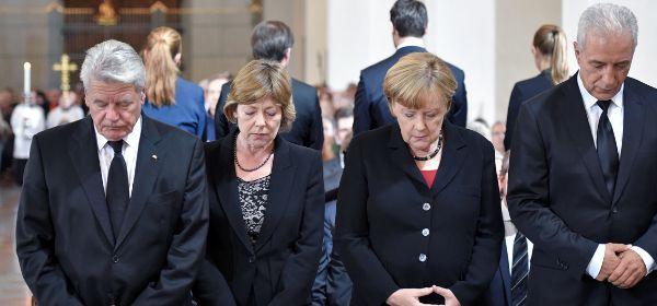 Bundespräsident Joachim Gauck (l-r), seine Lebensgefährtin Daniela Schadt, Bundeskanzlerin Angela Merkel (CDU) und Bundesratspräsident Stanislaw Tillich (CDU) beim Ökumenischen Gottesdienst für die Opfer des Amoklaufs im Liebfrauendom.