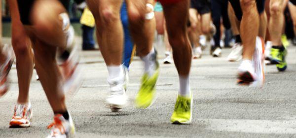 Beine auf Asphalt bei einem Marathon