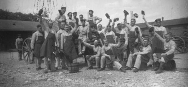 Mitglieder der Putzgruppe mit Werkzeugen