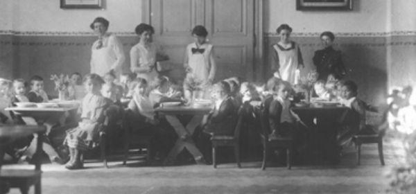 Kinder und Betreuerinnen