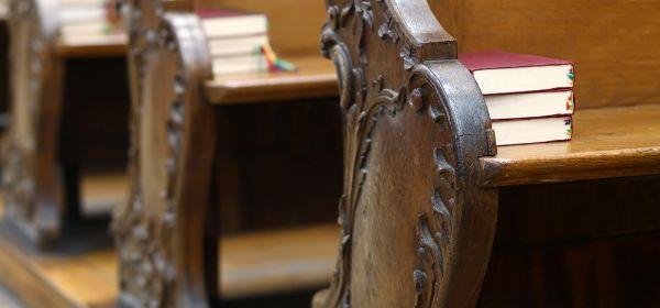 Gesangsbücher auf Kirchbänken
