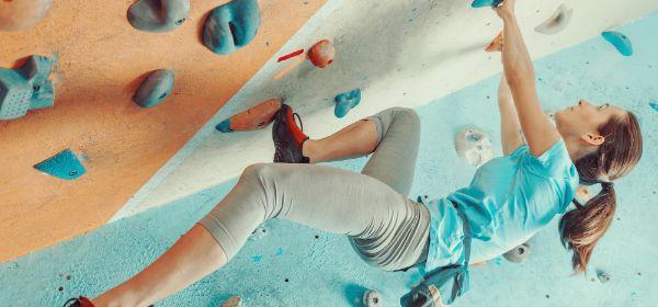 Frau an Kletterwand