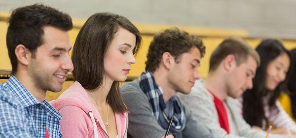 Studenten in Hörsaal bei Vorlesung