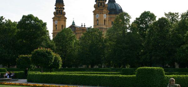 Hofgarten Blick auf Theatinerkirche