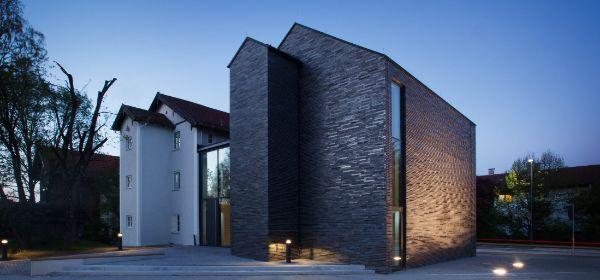 Das Museum Penzberg von außen bei Nacht.