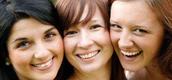 Drei Mädchen lachen