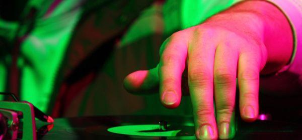 Discjockey am DJ-Pult