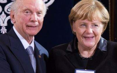 Rabbi Arthur Schneier (l) bei der Verleihung der Ohel-Jakob-Medaille mit Kanzlerin Angela Merkel.