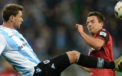 Sebastian Boenisch (l) und Lukas Görtler von Kaiserslautern im Kampf um den Ball.